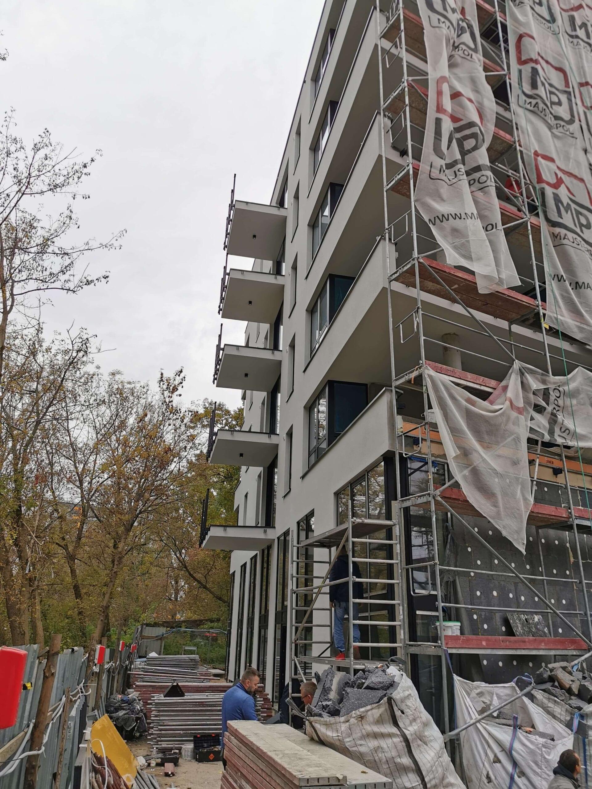 Phu Papierowski zdejmuje rusztowanie z budynku Warszawa Marymont